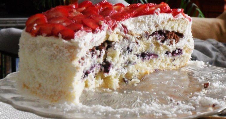 Tort z jagodami i truskawkami