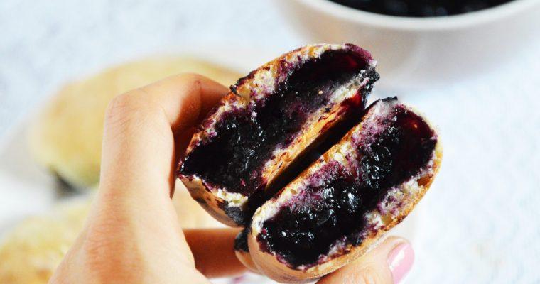 Domowe jagodzianki z lukrem pełne jagód – łatwy przepis na najlepsze drożdżówki z jagodami