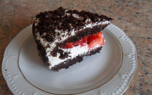 Tort czekoladowo-serowy z truskawkami