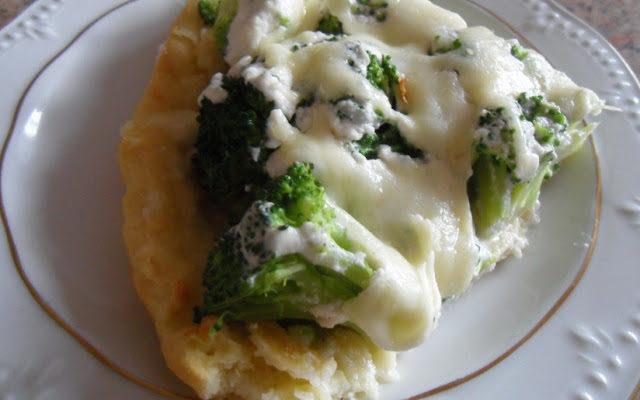 Tarta z brokułami i sosem serowym posypana mozzarellą