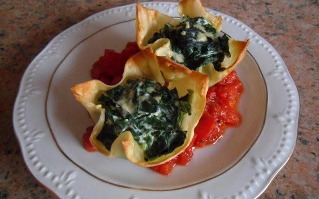 Makaronowe kwiatki ze szpinakiem i ricottą na pomidorach
