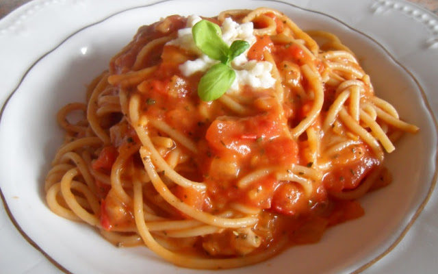 Spaghetti z pomidorami i mozzarellą