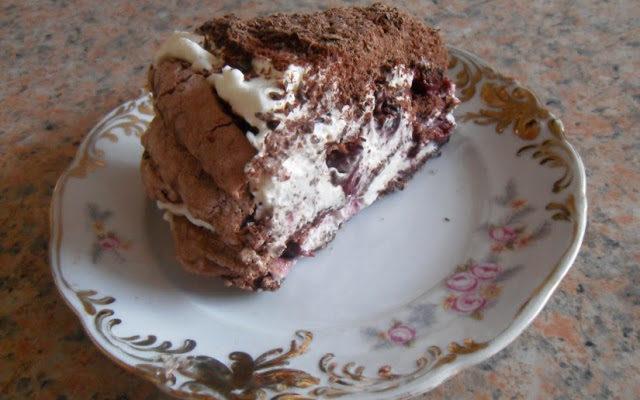 Czekoladowy tort bezowy z wisniami
