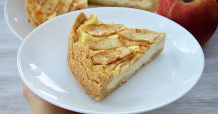 Tarta z twarogiem i jabłkami – połączenie maślanej szarlotki i sernika w tarcie