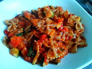 Farfalle z pomidorami, papryka, cukinia i mozzarella
