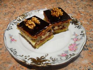 Ciasto z orzechami, kremem budyniowym i powidłami