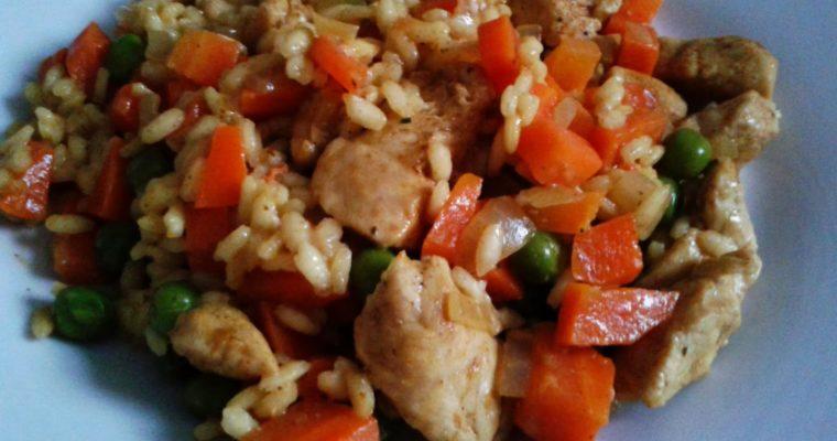 Risotto z kurczakiem, marchewkami i groszkiem