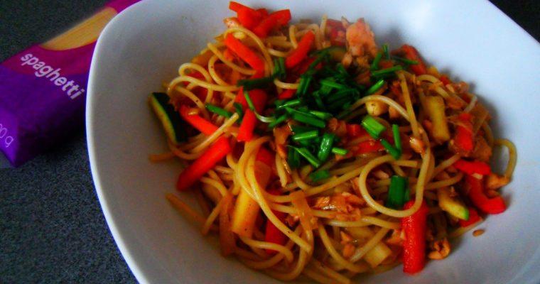 Spaghetti orientalne z łososiem wędzonym i warzywami