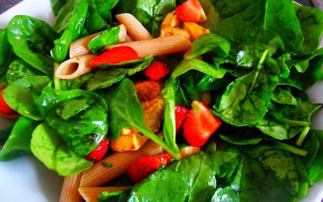 Salatka z kurczakiem, truskawkami i dressingiem balsamicznym