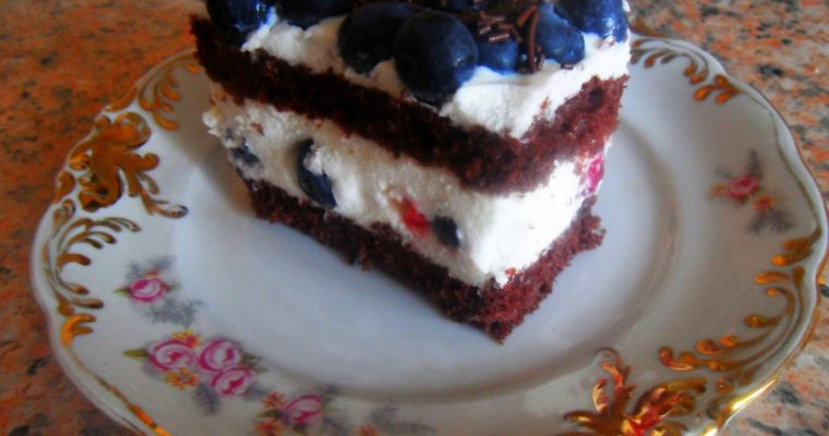 Ciasto z pianką jogurtową, borówkami i malinami