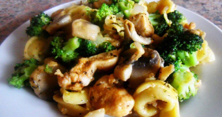 Tortellini z kurczakiem, brokułami i pieczarkami