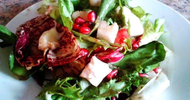 Sałatka z gruszką, camembertem i sosem balsamico