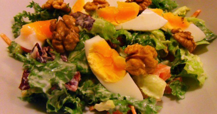 Sałatka z jajkiem i orzechami włoskimi