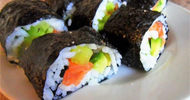 Domowe sushi z łososiem wędzonym