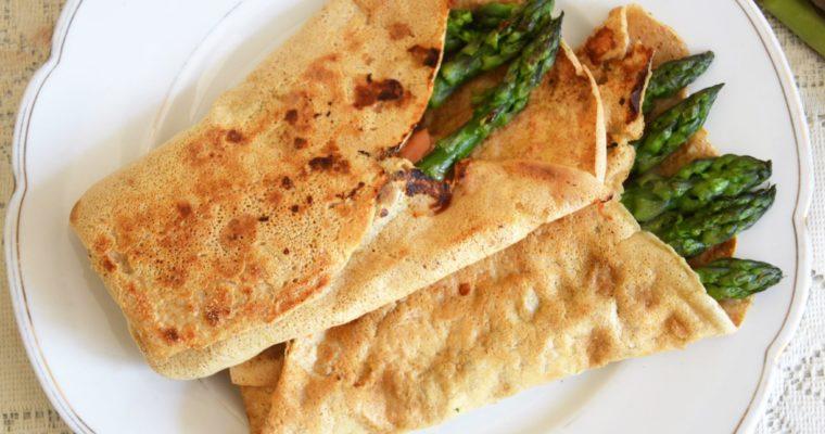 Naleśniki pełnoziarniste ze szparagami, łososiem i mozzarellą