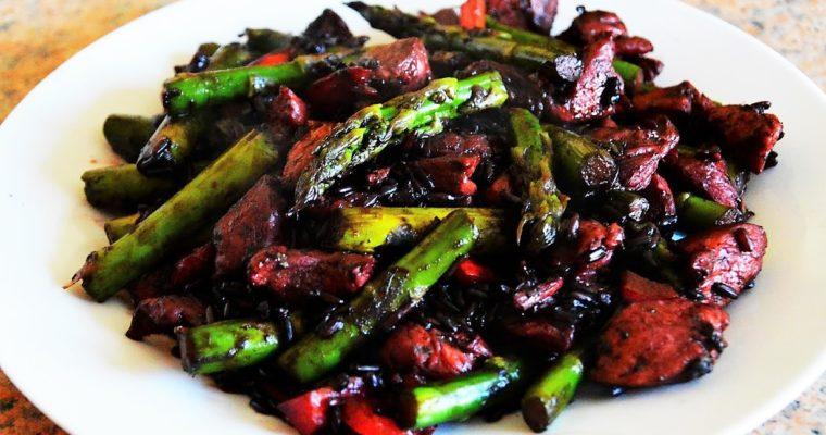 Risotto z czarnego ryżu z kurczakiem i szparagami