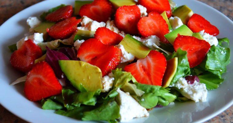Sałatka z truskawkami, awokado i ricottą