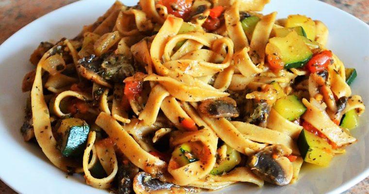 Tagliatelle z warzywami i mozzarellą