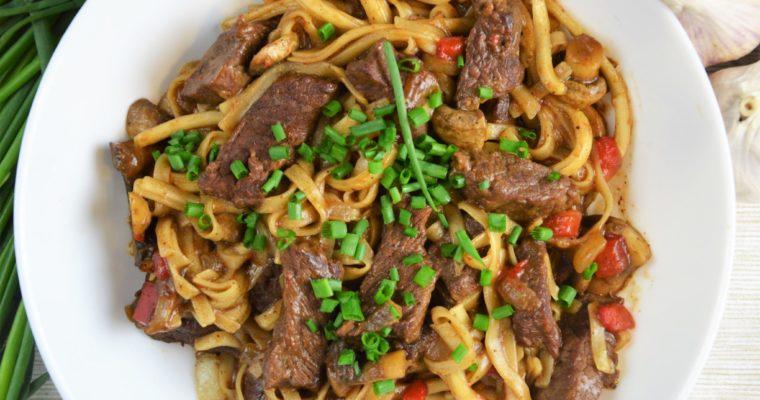 Chow mein z wołowiną i pieczarkami