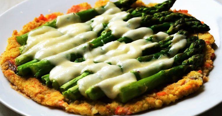 Pizza jaglana z łososiem, szparagami i mozzarellą