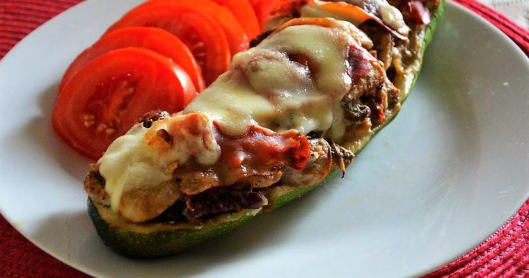 Cukinia faszerowana pieczarkami, suszonymi pomidorami z szynką parmeńską i mozzarellą