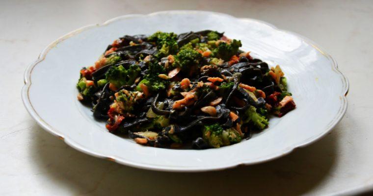 Czarny makaron z brokułami i łososiem wędzonym