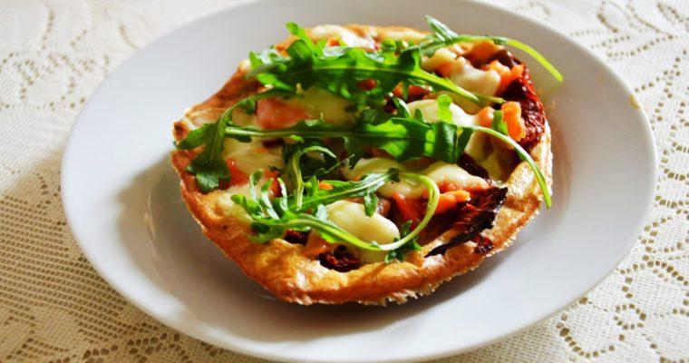 Pizzerinki z łososiem i suszonymi pomidorami