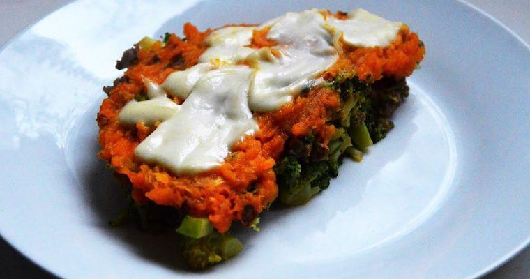 Warstwowa zapiekanka z mięsem, brokułami, batatami i mozzarellą