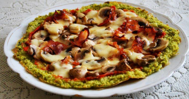 Pizza brokułowa z boczkiem i mozzarellą