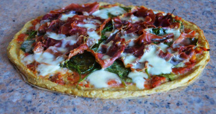 Pizza jaglana najlepsza ze szpinakiem, boczkiem i mozzarella