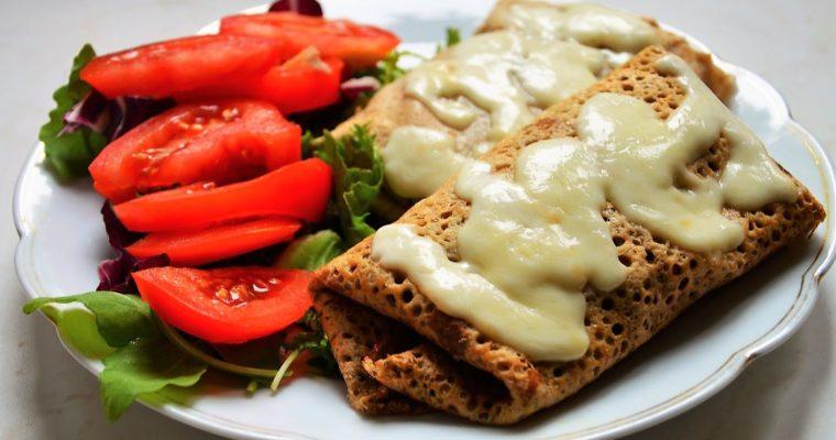 Pełnoziarniste naleśniki z szynką parmeńską i mozzarellą