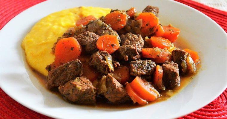 Włoski gulasz z wołowiny z polentą (Spezzatino di manzo)
