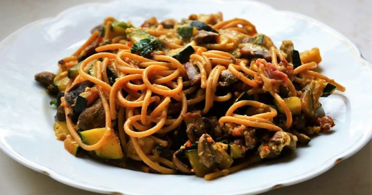 Spaghetti carbonara light z cukinią i pieczarkami