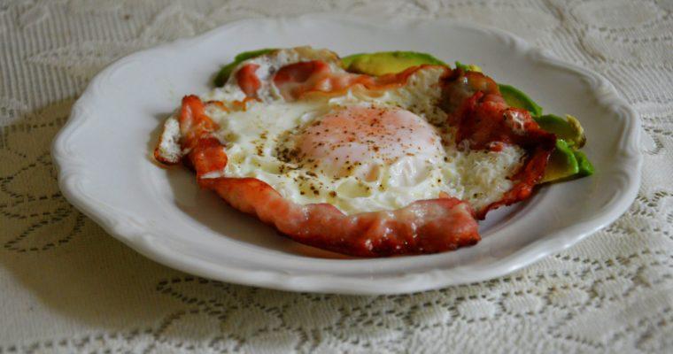 Jajka sadzone na boczku z awokado