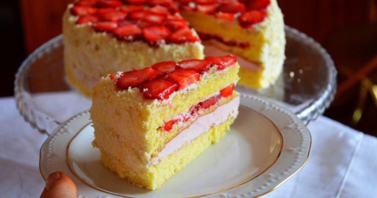 Tort z musem truskawkowym i truskawkami
