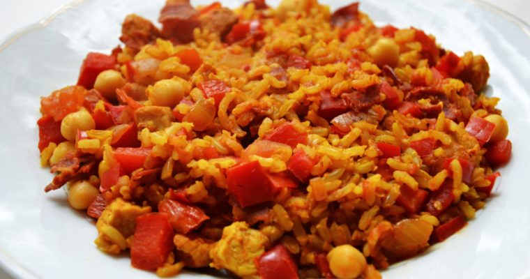 Paella z chorizo, kurczakiem i ciecierzycą
