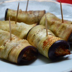 Roladki z bakłażana z kurczakiem i hummusem