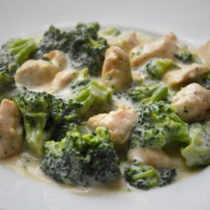 Kurczak w sosie serowym z brokułami
