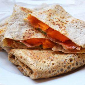 Naleśniki gryczane z dynią, szynką parmeńską i mozzarellą