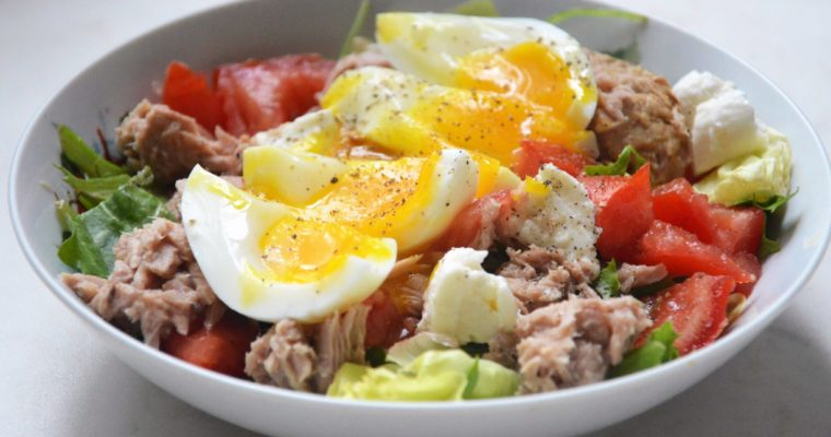 Sałatka z tuńczykiem, jajkiem na miękko i fetą