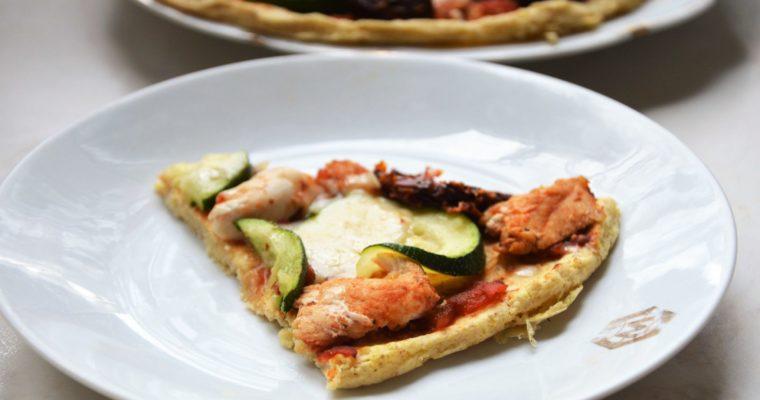 Pizza jaglana z kurczakiem, cukinią, suszonymi pomidorami i serem provolone