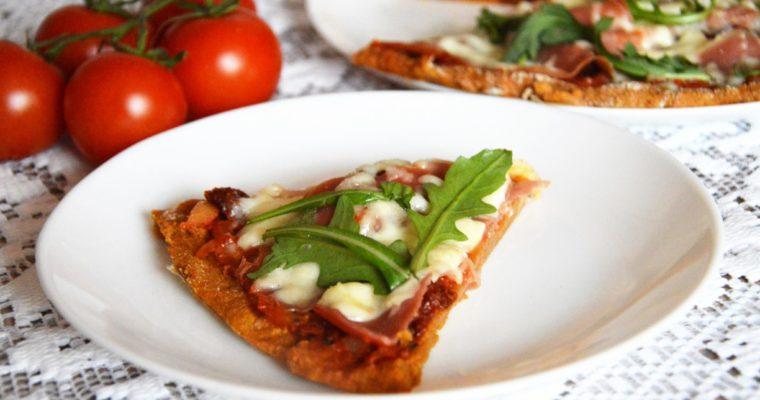 Pizza z batatów z szynką parmeńską, suszonymi pomidorami i mozzarellą