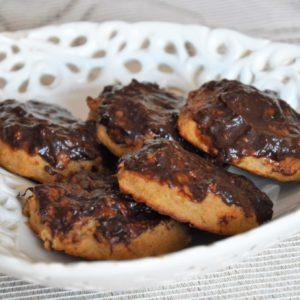 Wegańskie ciastka z ciecierzycy bez cukru z polewą daktylową