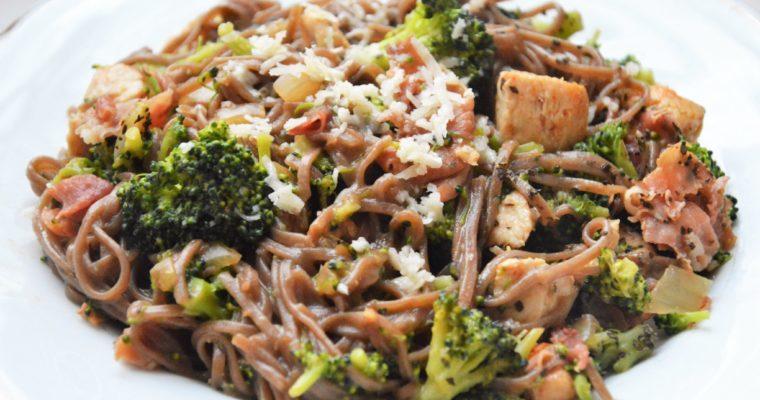 Makaron soba z kurczakiem, szynką parmeńską i brokułami
