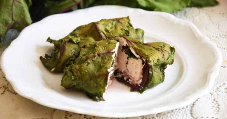 Pierś kurczaka z szynką parmeńską i ricottą zawijana w liście botwinki