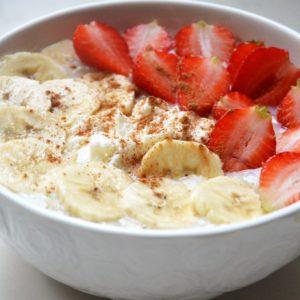 Owsianka z ricottą, bananem i truskawkami