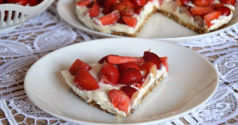 Tarta z twarożkiem, truskawkami i czereśniami bez cukru
