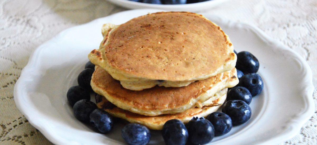 Owsiane pancakes na jogurcie z borówkami