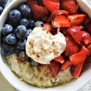 Jogurtowa owsianka z truskawkami i borówkami