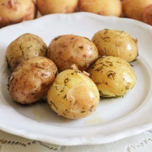 Młode ziemniaki z masłem i koperkiem